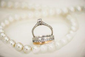 Aké šperky môžete ladiť k elegantným outfitom?